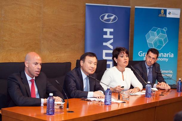 El embajador de Corea en España, Hee Kwon Park, junto a Jimena Delgado, Gonzalo Piernavieja y Carlos López.