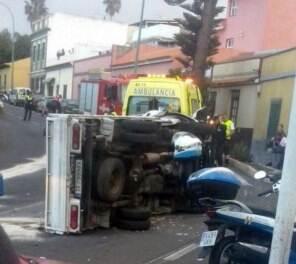 Furgón volcado en Puerto de la Cruz. | DA