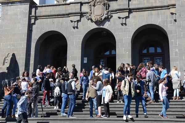 Los estudiantes leyeron un manifiesto en las escaleras del Edificio Central de la ULL. | SERGIO MÉNDEZ
