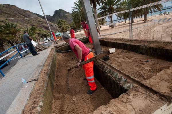 Los operarios municipales, ayer durante las labores de instalación del nuevo equipamiento. | FRAN PALLERO