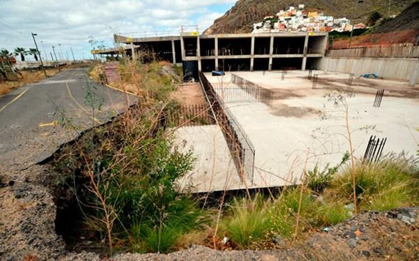 Imagen de archivo del edificio de aparcamientos ubicado en la entrada de la playa de Las Teresitas. / F. PALLERO