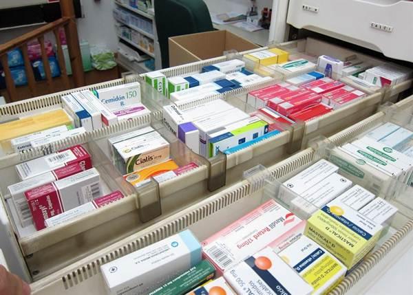 Imagen de archivo de unos medicamentos en una farmacia. | EP