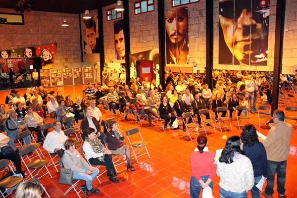 La reunión de los miembros de las mesas comunitarias tuvo lugar en el Cine Viejo de Candelaria. / DA