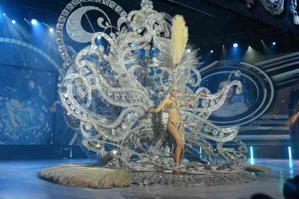 Teresa Pitti Barquero con la fantasía 'Always Forever', diseñada por Santi Castro y en representación de CC Santa Cruz Carrefour y Radio Club Tenerife. | S.M.