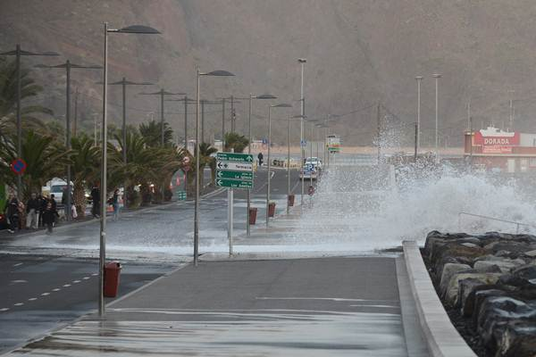 En San Andrés se tuvo que cerrar al tráfico el carril más cerca del mar. | S.M.