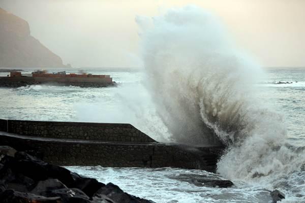 Varios puntos de la Isla, como la costa del barrio capitalino de San Andrés, vivieron una jornada de intenso oleaje. | SERGIO MÉNDEZ