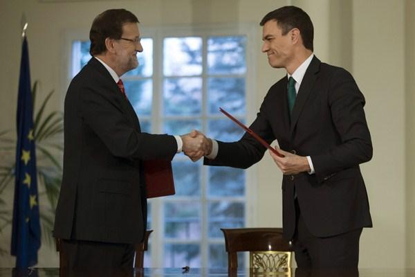 El acuerdo supone el primer pacto de Estado entre Rajoy y Sánchez. / REUTERS
