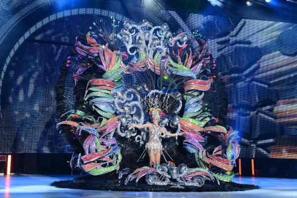Anaís Acosta Mendoza con la fantasía 'La Bamba', diseñada por Daniel Pages, en representación de Tu Trébol Hipermercado y Asociación Profesional de Artesanos Creativos de Tenerife (Crearte) | S.M.