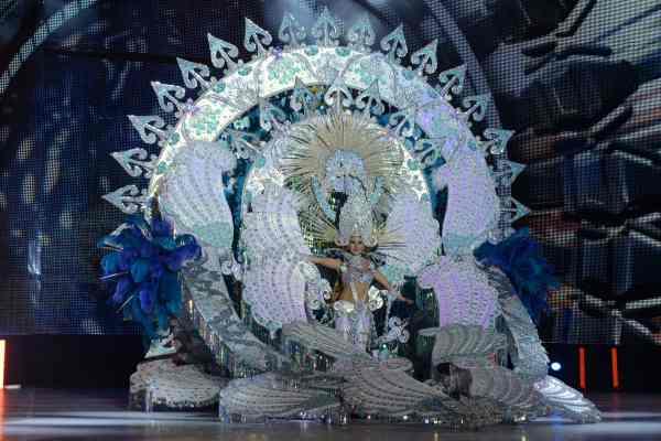 Lucía González Ortega con la fantasía 'Desde el cielo', diseñada por Antonio Santos Arteaga en representación de Cafetería El Halcón y Espectáculos Bravo. | S.M.