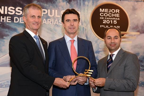 El ministro de Industria, Energía y Turismo, José Manuel Soria, entregó el galardón a Marco Toro, consejero director general de Nissan España, y Fernando González, director gerente de Nissan Canarias. | S.MÉNDEZ