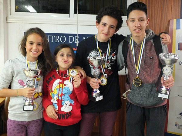 Algunos de los galardonados en el evento, que se consolida como una gran fiesta del ajedrez juvenil. / j. L. F.