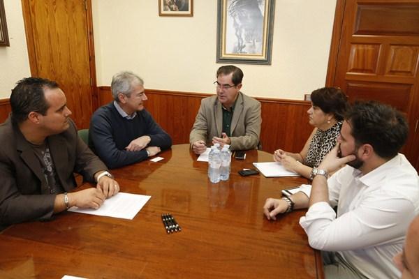 Miembros de Fauca se reunieron con el alcalde y el concejal de Promoción Económica. / DA