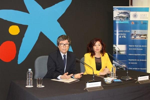 Andrés Orozco, representante de CaixaBank en Canarias, y Beatriz Barrera, de ZEC, tras la firma. | EP