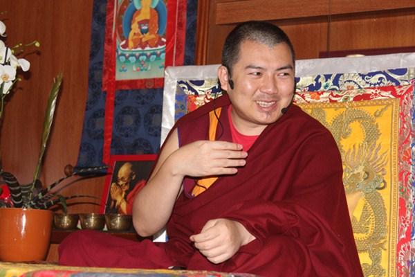 El maestro venerable Tenzin Kyenrab Rinpoche, en una de sus enseñanzas en el centro Ghe Pel Ling, en Adeje. / DA