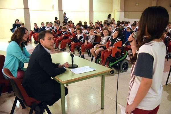 El alcalde, José Manuel Bermúdez, durante el encuentro con los alumnos del colegio El Chapatal. | DA