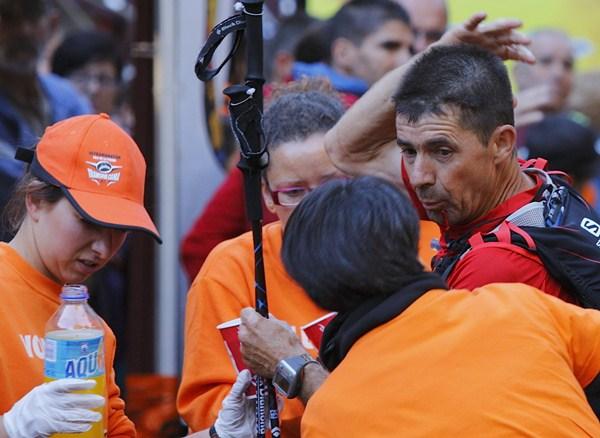 Voluntarios asistiendo a uno de los corredores. / DA