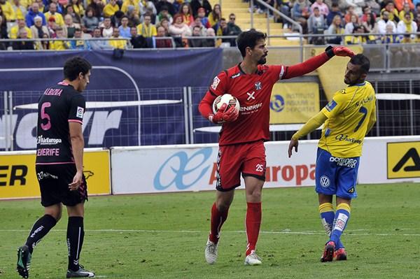 Dani Hernández atrapa un balón en presencia de Nauzet Alemán. / CANARIAS 7