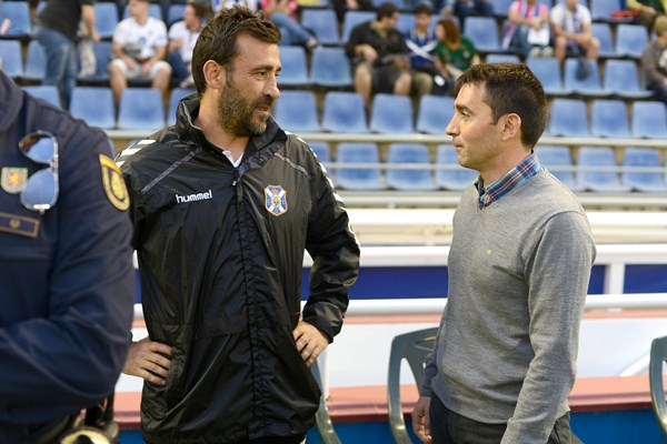 Raúl Agné, antes del inicio del encuentro de ayer, junto a Asier Garitano. /  SERGIO MÉNDEZ