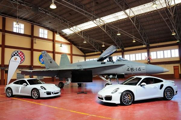 Los exclusivos Porsche 911 Carrera GTS (izquierda) y 911 Carrera Turbo S, junto al F-18. / DA