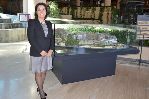 Victoria López posa junto a la maqueta del Victoria Suite Hotel. / DA