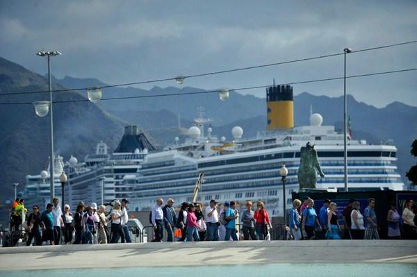 El número de cruceristas que visitó Santa Cruz el año pasado superó el medio millón, lo que supuso el 3% más que el año anterior. / FRAN PALLERO