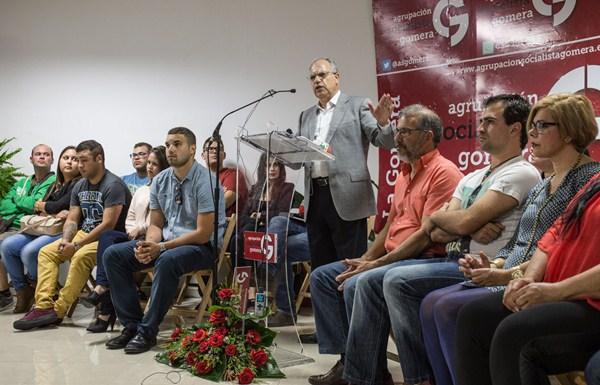 Curbelo, rodeado de miembros de su nuevo partido, ayer, en la sede de Agrupación Socialista Gomera. / DA