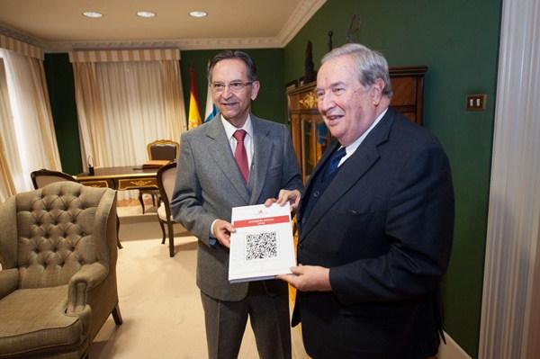 Antonio Castro y Jerónimo Saavedra, ayer en la Cámara regional. / FP