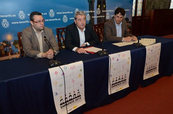 El consejero del IASS, el vicepresidente del Cabildo y el responsable del proyecto, ayer en la presentación. / DA