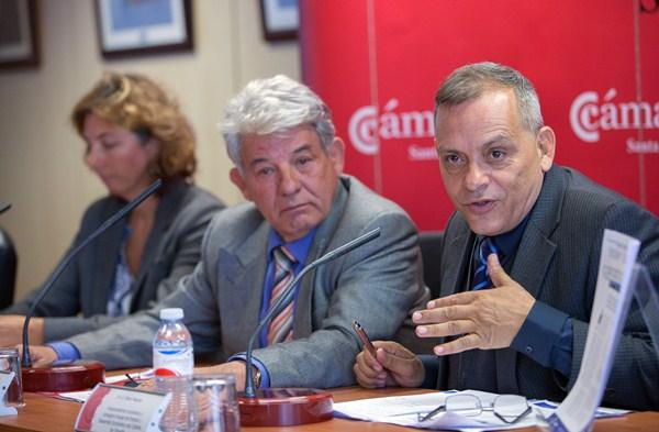 Imagen del presidente de la Cámara (centro) y el vicepresidente del Cabildo durante la rueda de prensa. / DA