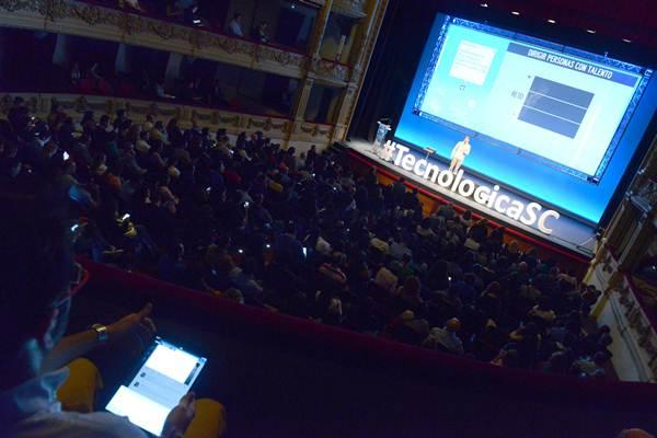 El Teatro Guimerá se llenó de jóvenes y no tan jóvenes con ganas de estar a la última en tecnología. | SERGIO MÉNDEZ