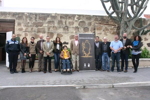 Representantes municipales y colaboradores posaron tras presentar la X Ruta del Hermano Pedro. / DA