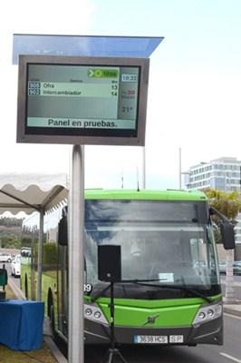 Habrá una pantalla en cada parada de guagua y tranvía. / S.M.