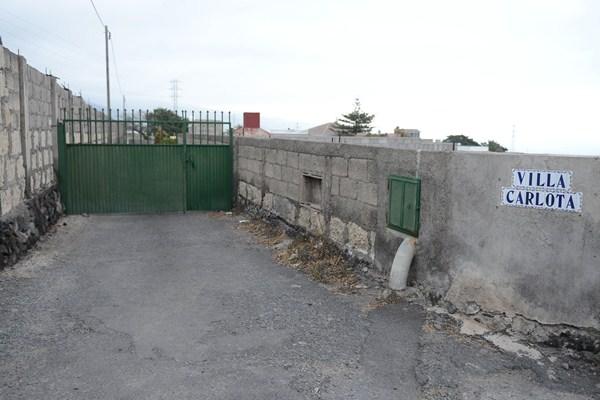 Entrada a la finca güimarera donde tuvo lugar el terrible suceso en la noche del pasado domingo./ SERGIO MÉNDEZ