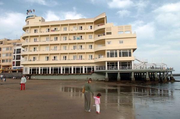El hotel Médano fue construido en 1963. / DA