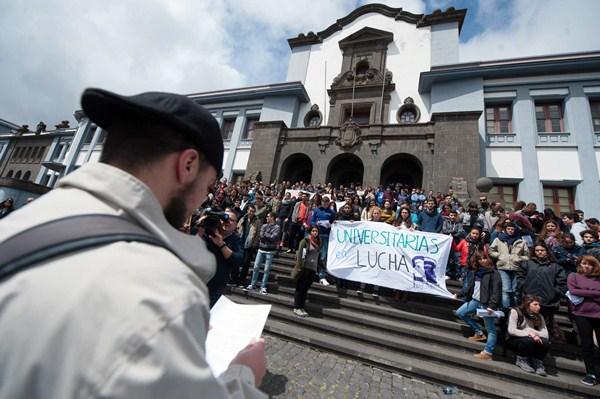 Un alumno lee un manifiesto frente a sus compañeros que ayer se concentraron por fuera de la sede central de la institución académica. / FRAN PALLERO