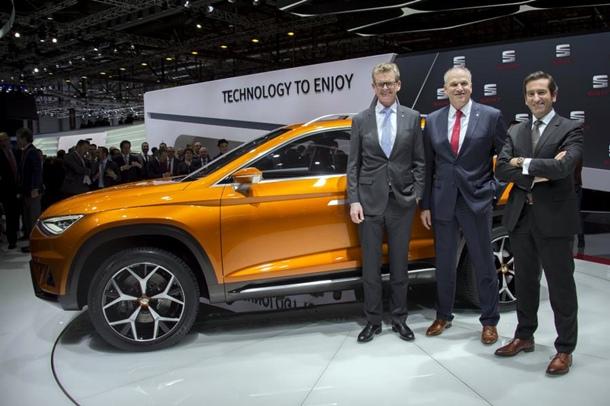 Jürgen Stackmann, Presidente Ejecutivo de SEAT;  Matthias Rabe, vicepresidente de I+D de SEAT; Alejandro Mesonero Director de Diseño, con el SEAT 20V20. | DA
