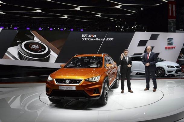 Jürgen Stackmann, Presidente Ejecutivo de SEAT y Alejandro Mesonero, Director de Diseño; presentan el nuevo SEAT 20V20. | DA