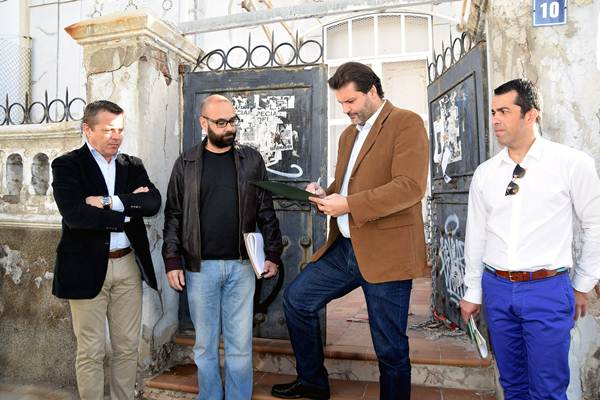 José Ángel Martín, en el momento en el que estampaba su firma en el acta de replanteo. | DA