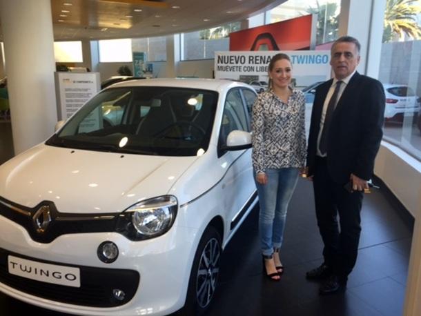 José Manuel Herrera y  Elba Correa junto al nuevo Renault Twingo. | DA