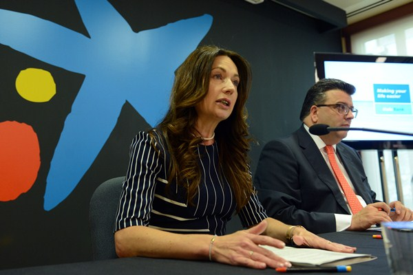 La directora del área de Negocio, Pilar Quiroga, junto a Jorge Diz, director de Banca Retail. / SERGIO MÉNDEZ
