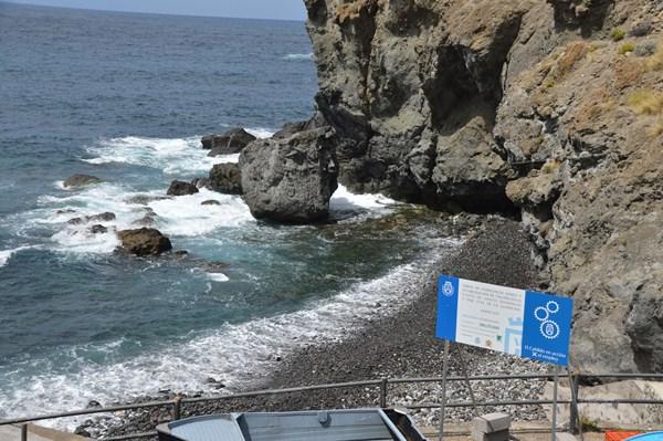 Los desprendimientos suponen un riesgo para los usuarios de la playa, en su mayor parte, pescadores. / DA
