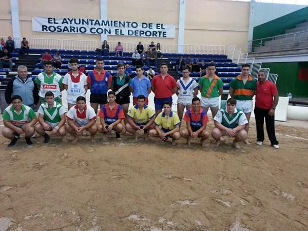 Una imagen de la convocatoria de luchadores infantiles y cadetes de Tenerife celebrada ayer. / DA