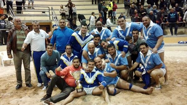 La plantilla, cuerpo técnico y directivos del Candelaria de Mirca celebran el título conseguido. / DA