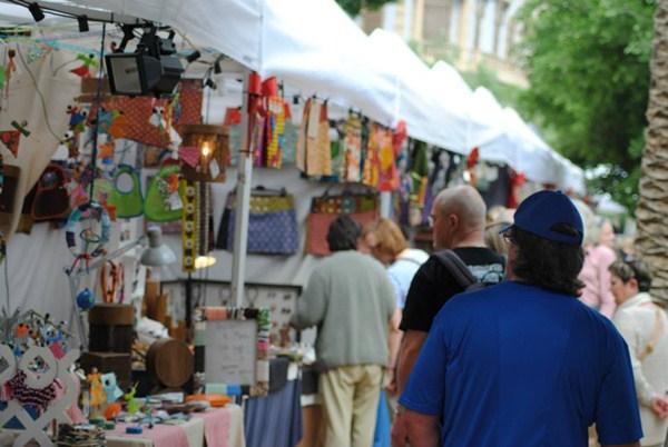 Los artesanos y comerciantes llevan desde finales de noviembre sin instalarse en la plaza de Europa. / DA
