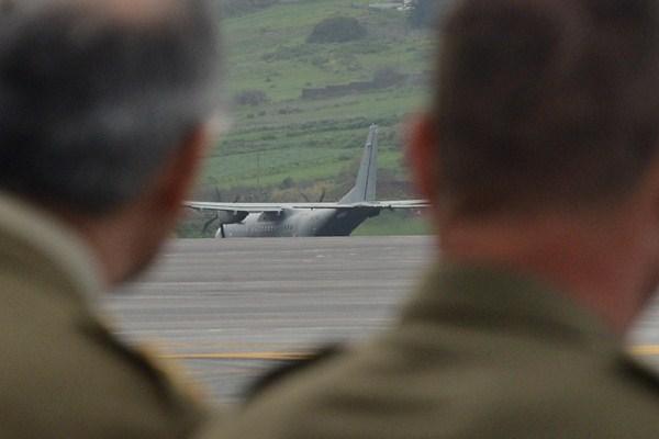 Dos militares observan el despegue del avión que transportó ayer a los soldados rumbo a Malí. / SERGIO MÉNDEZ