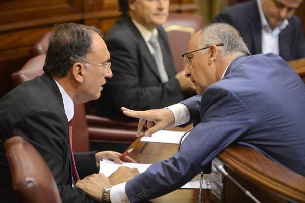 El portavoz del Grupo Socialista, Manuel Fajardo, conversa con el consejero Hernández Spínola. | SERGIO MÉNDEZ