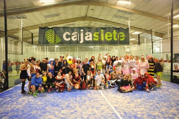 Una imagen general de los participantes en la gran fiesta padelera-carnavalera. / DA