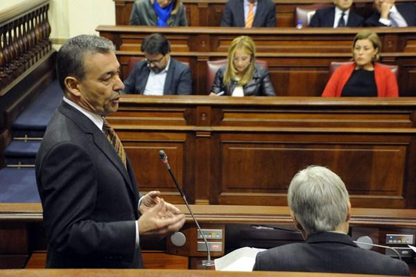 El presidente del Gobierno de Canarias, Paulino Rivero, ayer en la sesión parlamentaria de control. / DA
