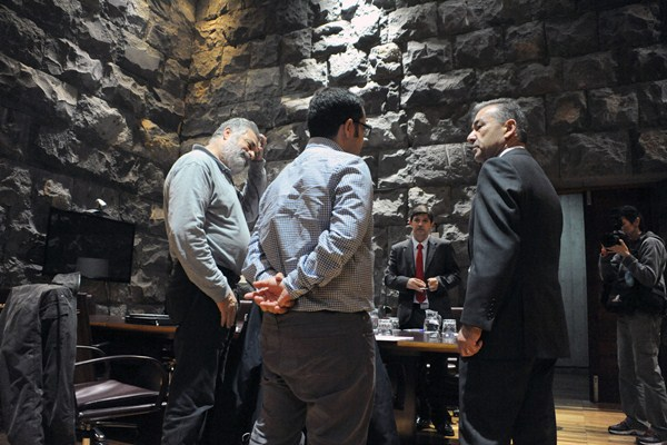 Antonio Pérez (CC.OO.) y Gustavo Santana (UGT), con Paulino Rivero y Javier González Ortiz, en febrero. / DA