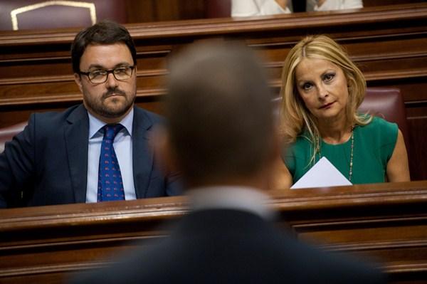 Antona y Navarro (PP) atienden a Rivero en el Parlamento.  / FRAN PALLERO